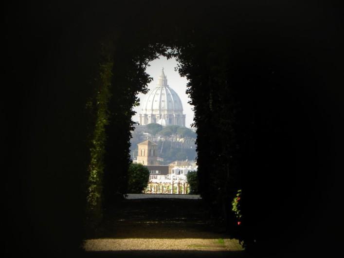 Il Buco della Serratura (ou o Segredo de Roma) - a Basílica de São Pedro ao fundo enquadrada na perfeição quando vista através do buraco de uma fechadura. Imagem: Holiday Guru it | Como encontrar o segredo: http://www.romapravoce.com/buraco-da-fechadura-roma/